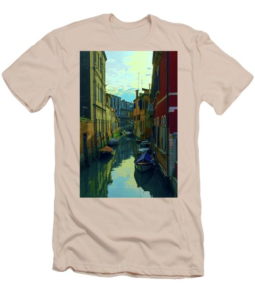 one of the many Venetian canals at the end of a Sunny summer day Men's T-Shirt (Athletic Fit)