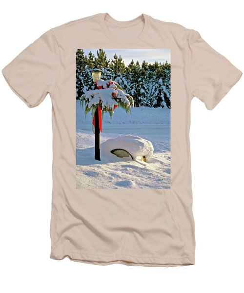 Winter Lamp Post In The Snow With Christmas Bough Men's T-Shirt (Athletic Fit)