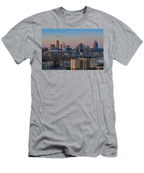 D9u-876 Cincinnati Ohio Skyline Photo Men's T-Shirt (Athletic Fit)