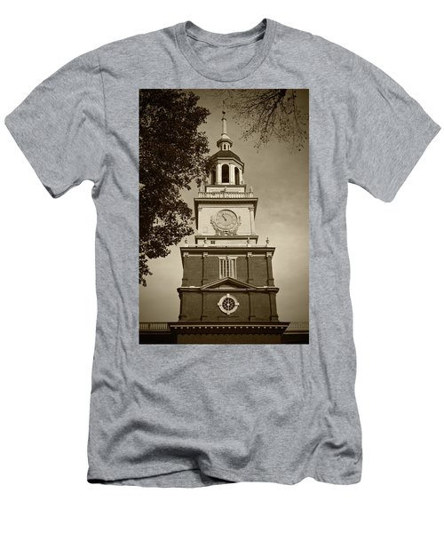 Independence Hall - Bw Men's T-Shirt (Slim Fit) by Lou Ford