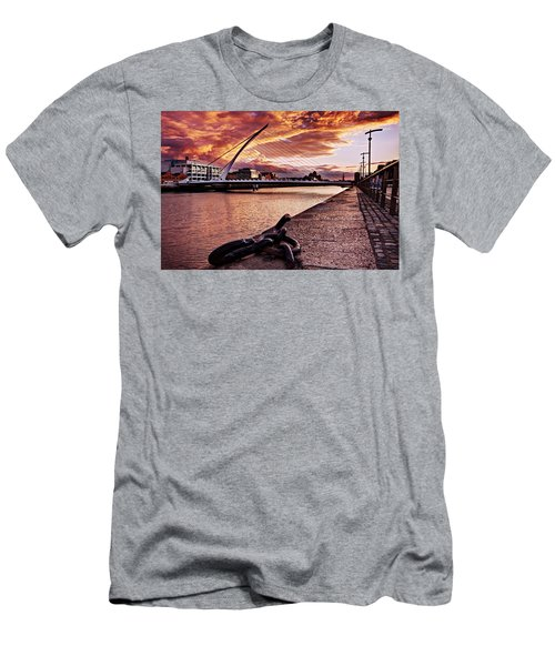 Samuel Beckett Bridge At Dusk - Dublin Men's T-Shirt (Athletic Fit)
