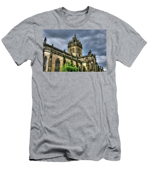 St Giles And Tree Men's T-Shirt (Athletic Fit)