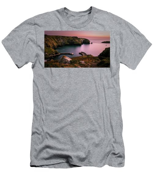 Mullion Cove Sunset - Cornwall General View Men's T-Shirt (Athletic Fit)