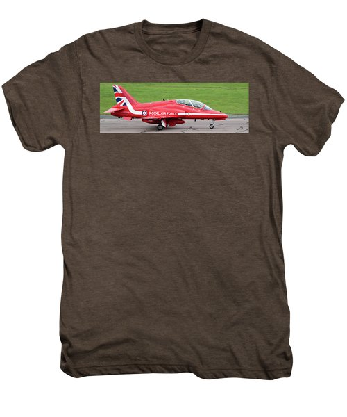 Raf Scampton 2017 - Red Arrows Xx322 Sitting On Runway Men's Premium T-Shirt
