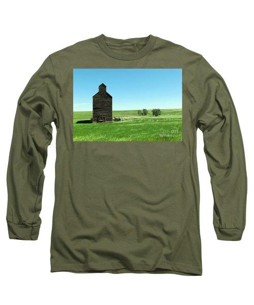 Old Grain Silo Near Cartwright North Dakota Long Sleeve T-Shirt