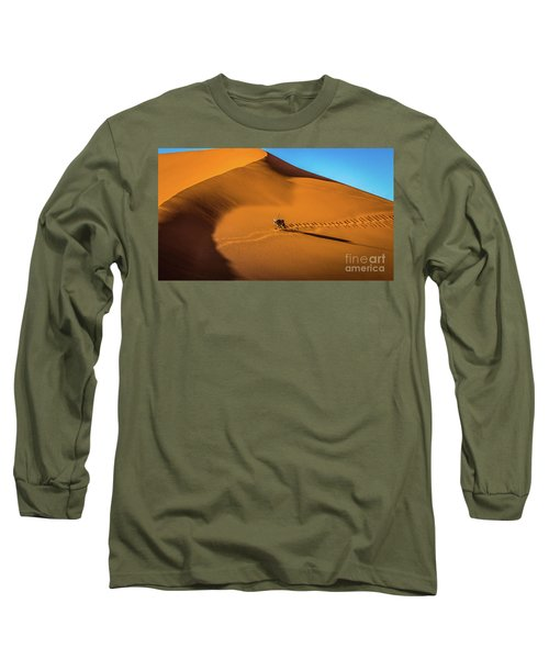 Oryx Crossing Big Daddy Dune, Sossusvlei, Namibia Long Sleeve T-Shirt