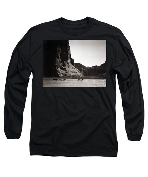 Navajos Canyon De Chelly, 1904 - To License For Professional Use Visit Granger.com Long Sleeve T-Shirt