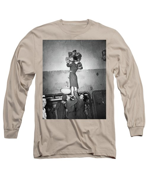 Marlene Dietrich Kissing Soldier Returning From Ww2 1945 Long Sleeve T-Shirt