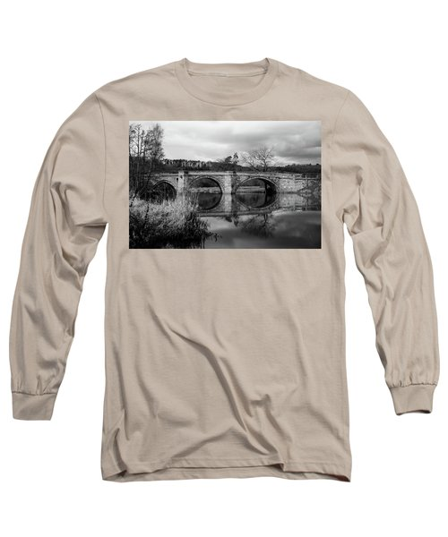 Reflecting Oval Stone Bridge In Blanc And White Long Sleeve T-Shirt