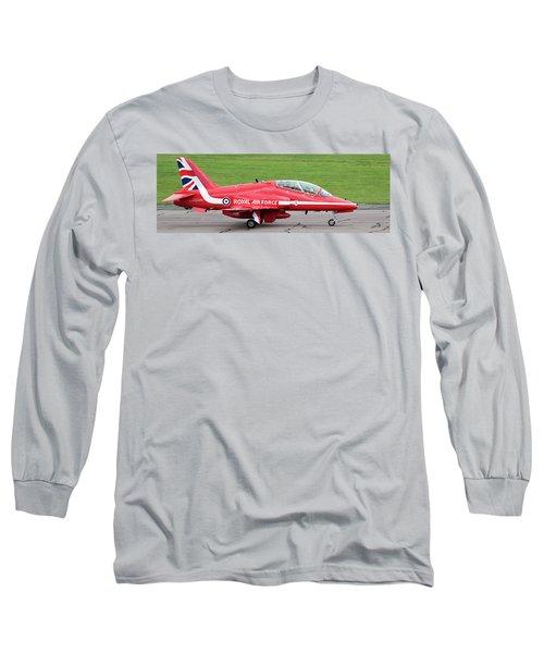 Raf Scampton 2017 - Red Arrows Xx322 Sitting On Runway Long Sleeve T-Shirt