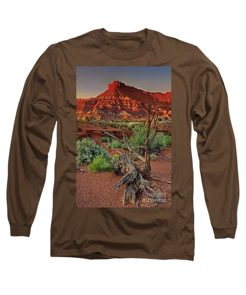 Red Rock Butte And Juniper Snag Paria Canyon Utah Long Sleeve T-Shirt