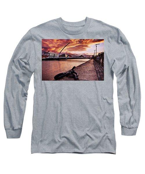 Samuel Beckett Bridge At Dusk - Dublin Long Sleeve T-Shirt