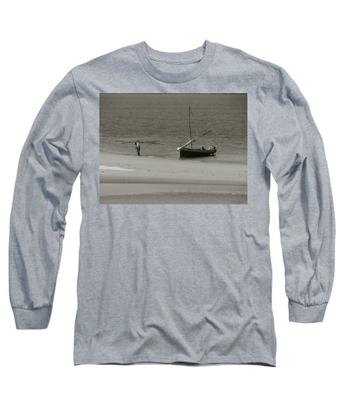 Lamu Island - Wooden Fishing Dhow Getting Unloaded - Black And White Long Sleeve T-Shirt
