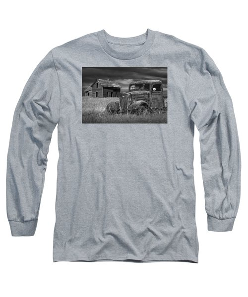 Old Vintage Pickup In Black And White By An Abandoned Farm House Long Sleeve T-Shirt