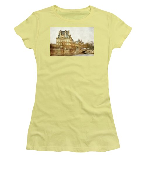Louvre Museum Women's T-Shirt (Athletic Fit)