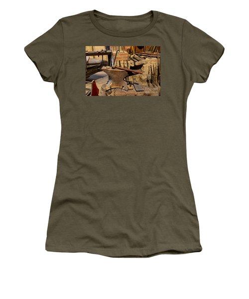 Blacksmith - Anvil And Hammer Women's T-Shirt