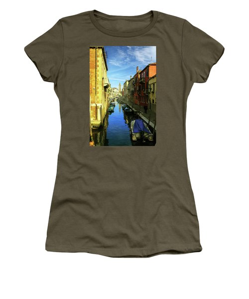 one of the many Venetian canals on a Sunny summer day Women's T-Shirt (Athletic Fit)