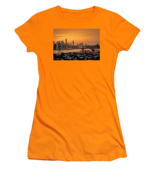New York Sunset - Skylines Of Manhattan And Brooklyn Women's T-Shirt (Athletic Fit)
