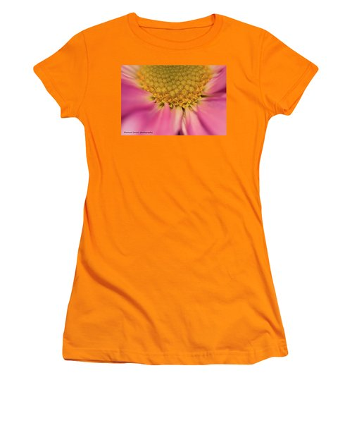 Macro Daisy Women's T-Shirt (Athletic Fit)