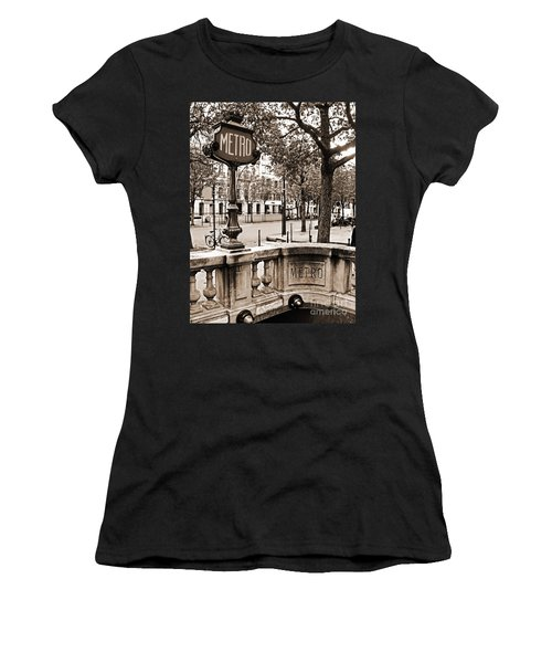 Metro Franklin Roosevelt - Paris - Vintage Sign And Streets Women's T-Shirt (Athletic Fit)