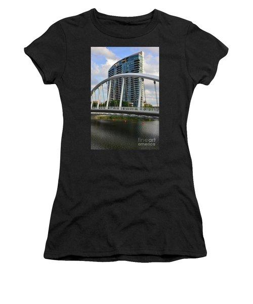 Fx1l820 Main Street Bridge In Front Of Miranova Women's T-Shirt