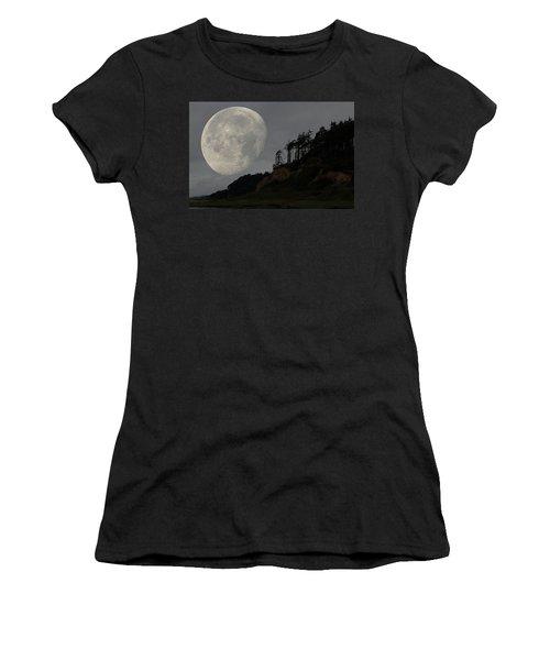 Moon At Roosevelt Beach Wa Women's T-Shirt