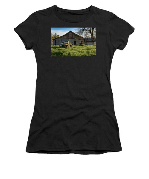 Old Jeep, Old Barn Women's T-Shirt (Athletic Fit)