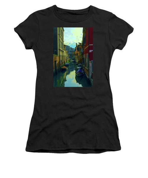 one of the many Venetian canals at the end of a Sunny summer day Women's T-Shirt (Athletic Fit)