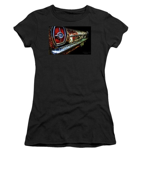 Women's T-Shirt featuring the photograph Red Eye'd Wink by Glenda Wright