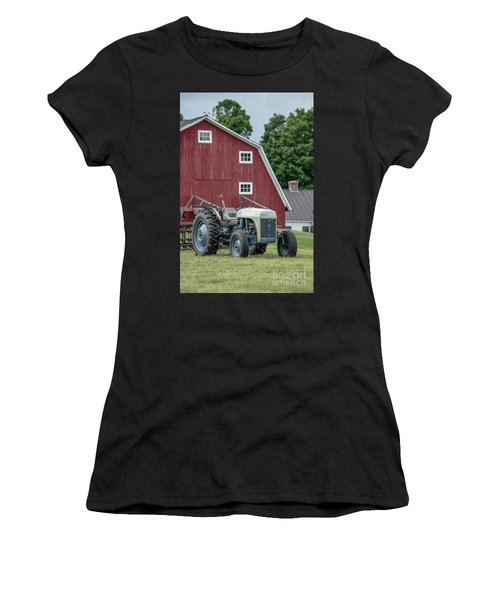Vintage Ford Farm Tractor With Red Barn Women's T-Shirt
