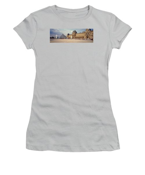 Tourists Near A Pyramid, Louvre Women's T-Shirt (Athletic Fit)