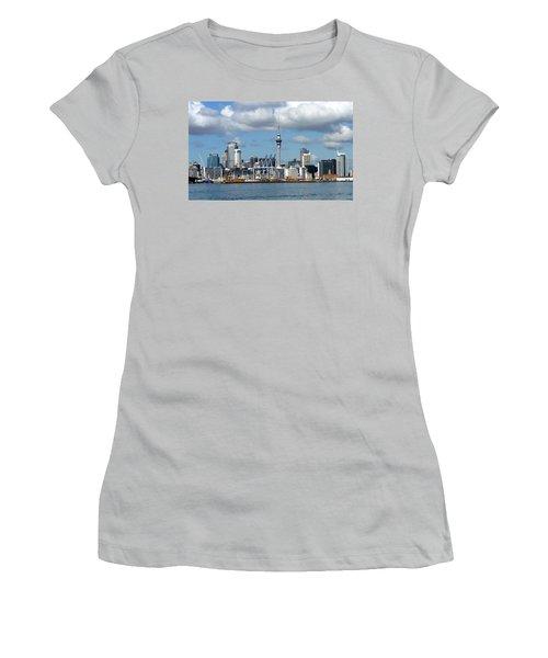 Auckland Skyline Women's T-Shirt (Athletic Fit)