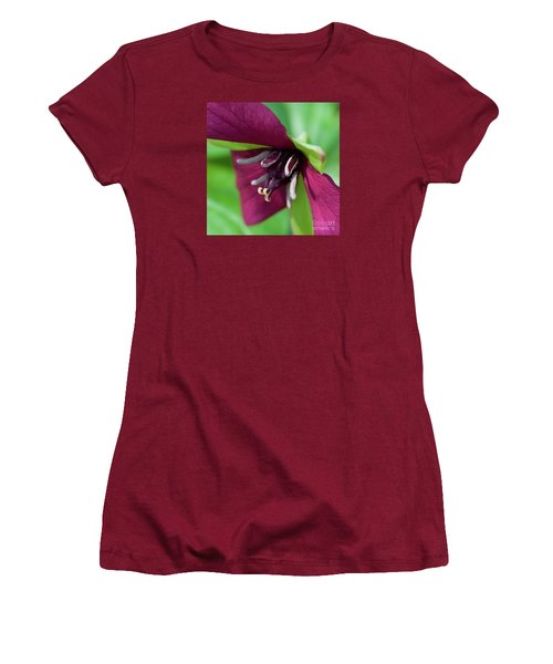 Red Trillium.. Women's T-Shirt (Athletic Fit)