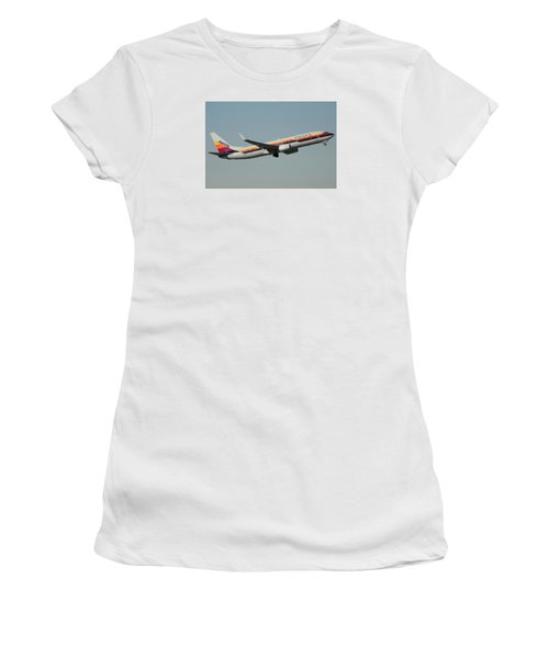 American Boeing 737-823 N917nn December 31 2015 Women's T-Shirt (Junior Cut) by Brian Lockett