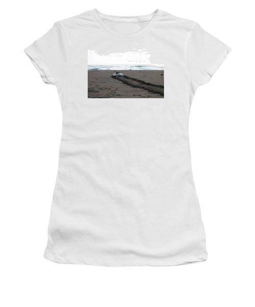 Green Sea Turtle Returning To Sea Women's T-Shirt