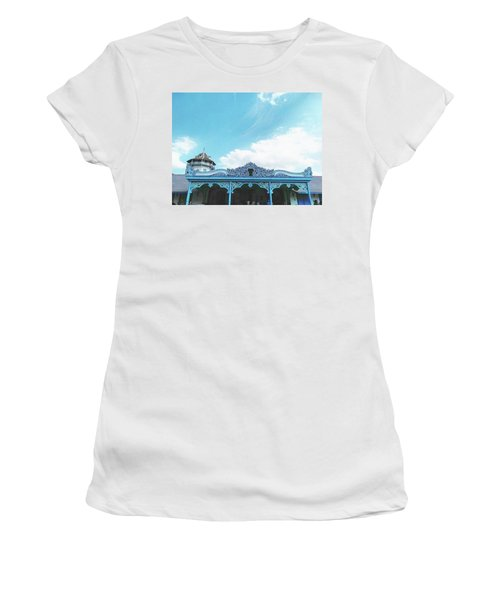 Solo Traditional Building Women's T-Shirt