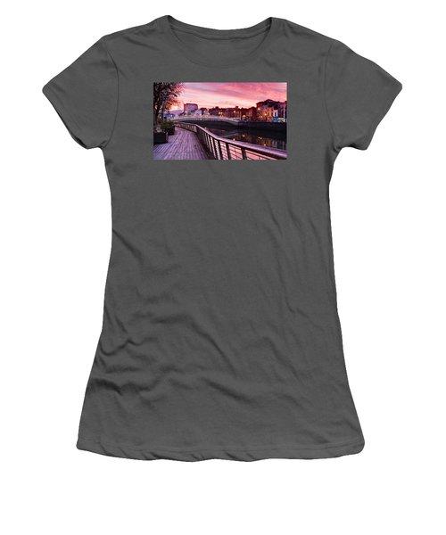 Liffey Boardwalk At Dawn - Dublin Women's T-Shirt (Athletic Fit)