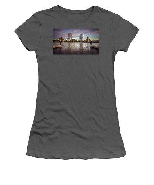 Milwaukee Skyline Women's T-Shirt (Athletic Fit)