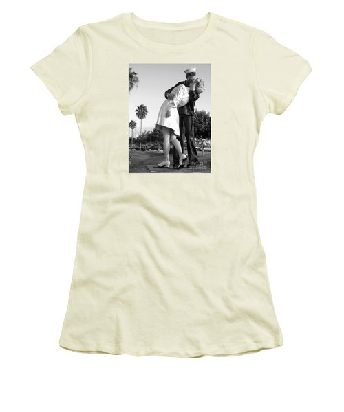 Kissing Sailor And Nurse Women's T-Shirt (Junior Cut) by Christiane Schulze Art And Photography