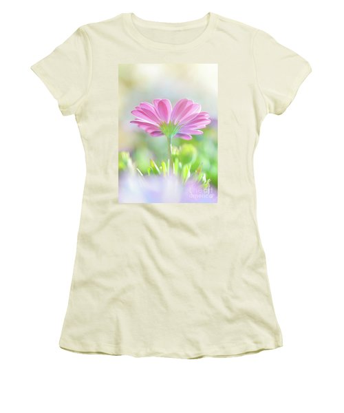 Beautiful Daisy Flower Women's T-Shirt (Athletic Fit)