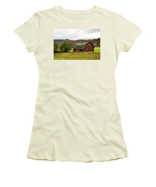 Old Red Adirondack Barn Women's T-Shirt (Athletic Fit)