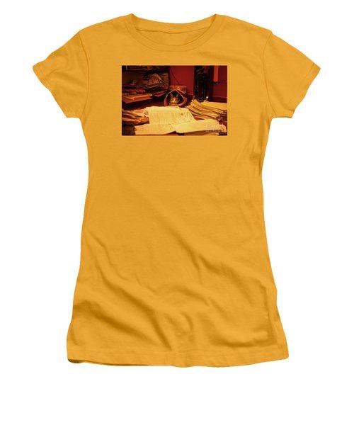 Parcel Cat Women's T-Shirt (Athletic Fit)