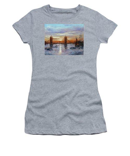 London Tower Bridge Women's T-Shirt (Athletic Fit)