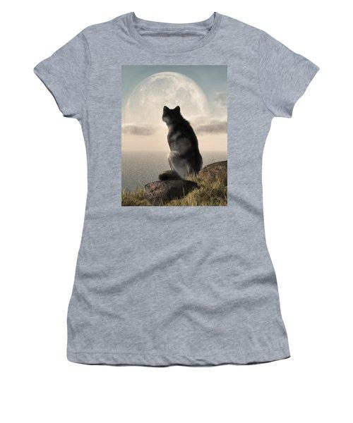 Wolf Watching The Moonrise Women's T-Shirt