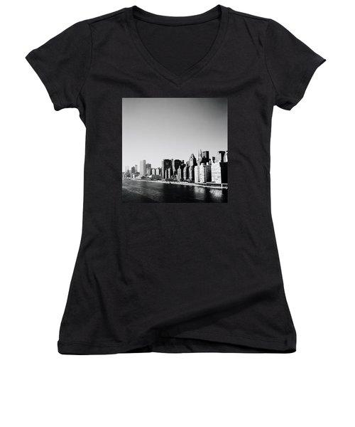 East River New York Women's V-Neck T-Shirt