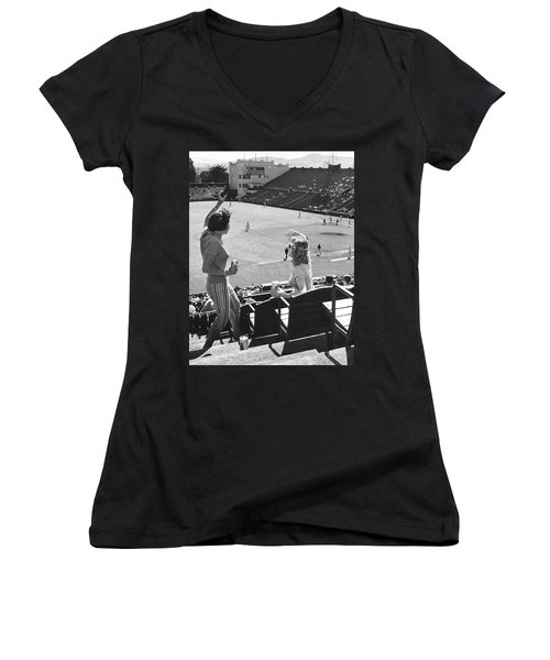 Sf Giants Fans Cheer Women's V-Neck (Athletic Fit)
