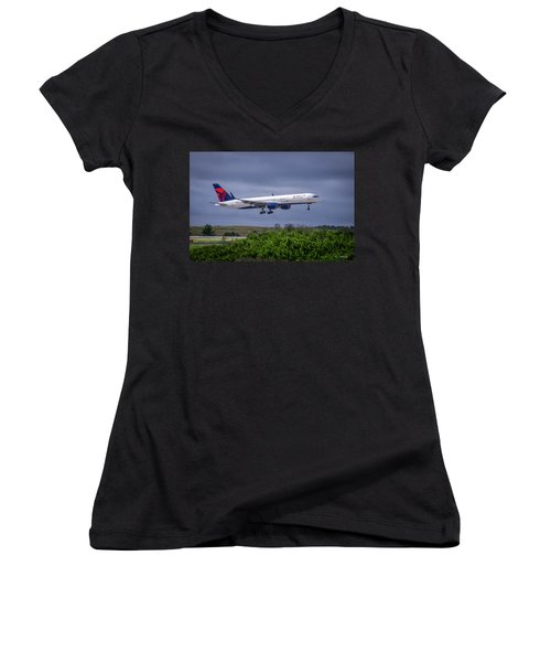 Delta Air Lines 757 Airplane N557nw Art Women's V-Neck T-Shirt