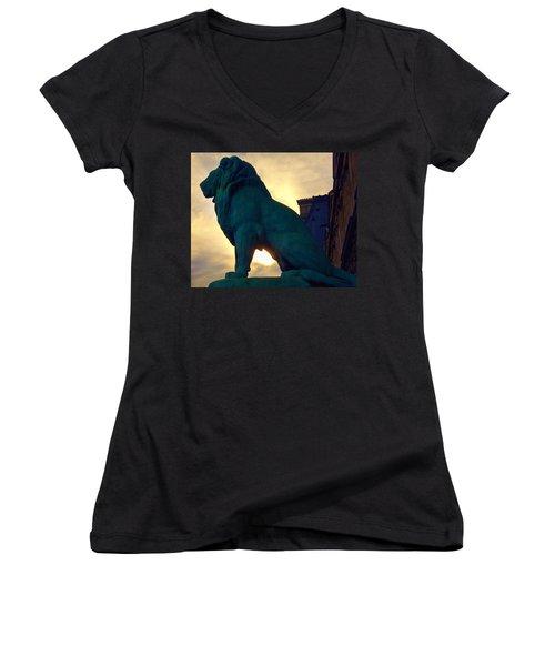 Louve Lion Women's V-Neck T-Shirt