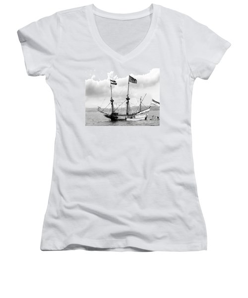 Half Moon Re-entered Hudson River After An Absence Of 300 Years In Black And White Women's V-Neck T-Shirt