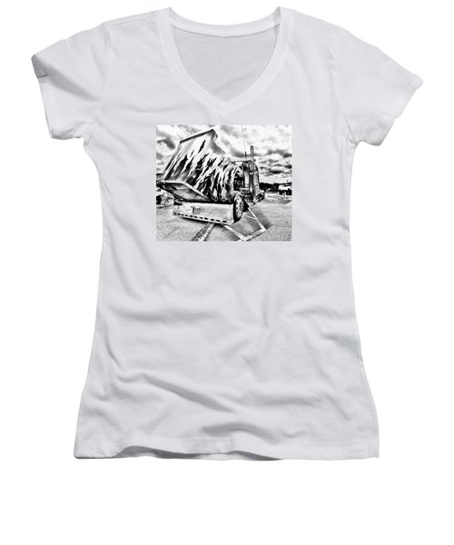 Kenworth Rig Women's V-Neck T-Shirt (Junior Cut)